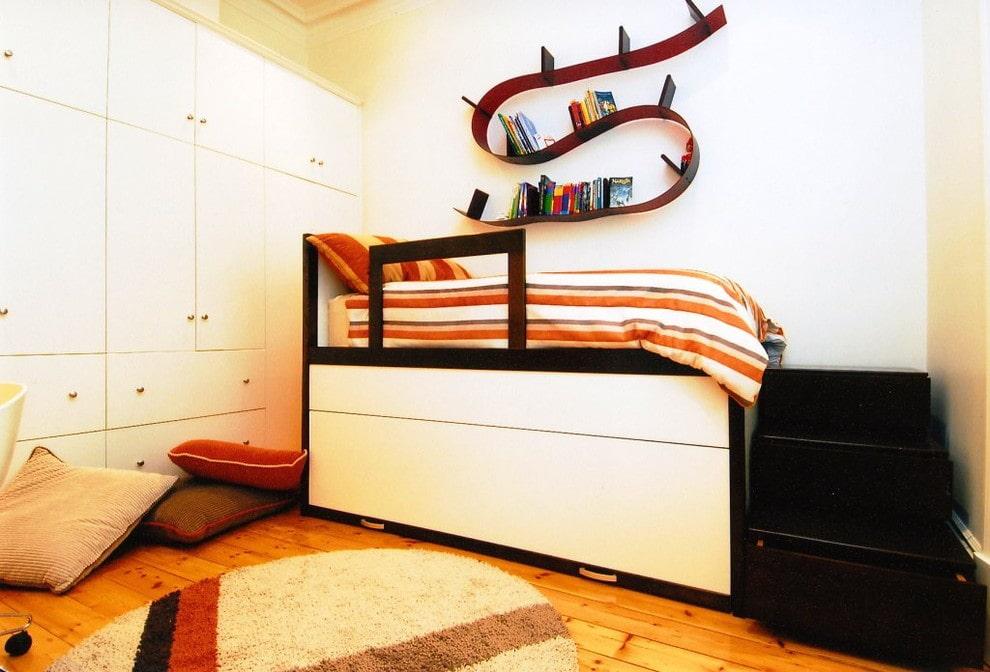 Пластиковая полка над детской кроватью