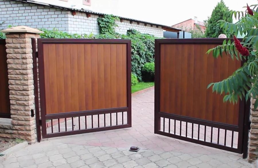 Распашные ворота во дворе загородного дома
