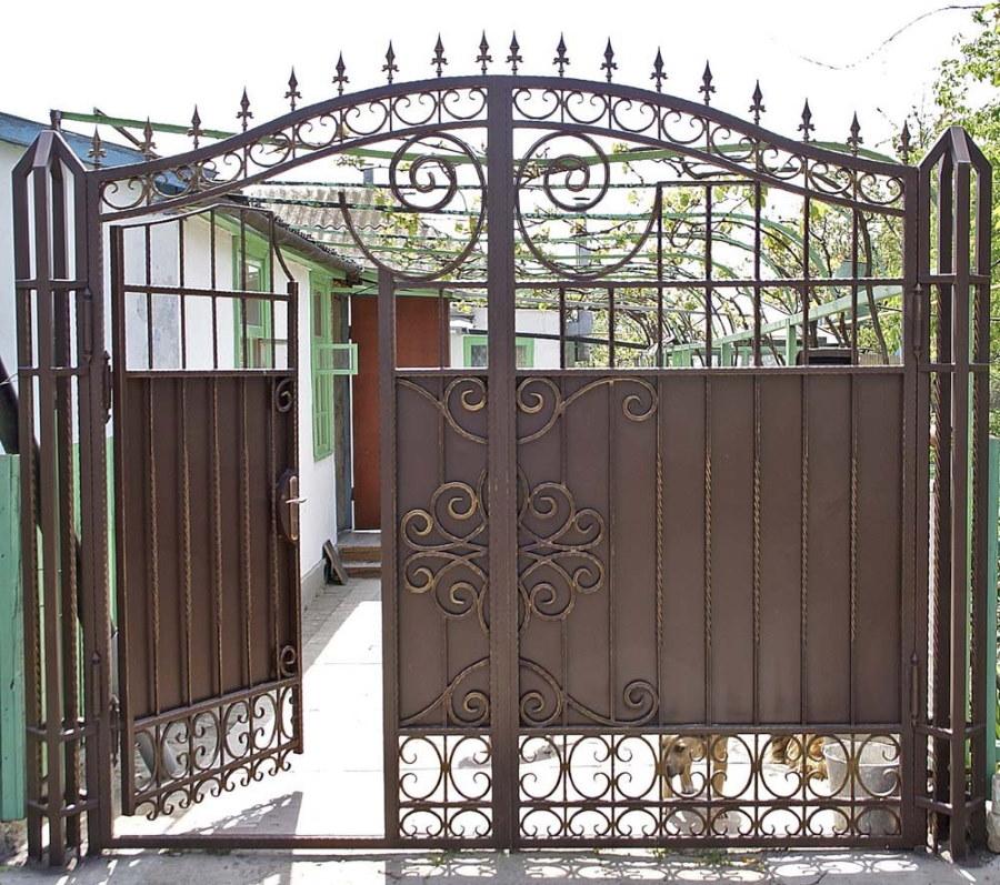 Металлические ворота со встроенной калиткой