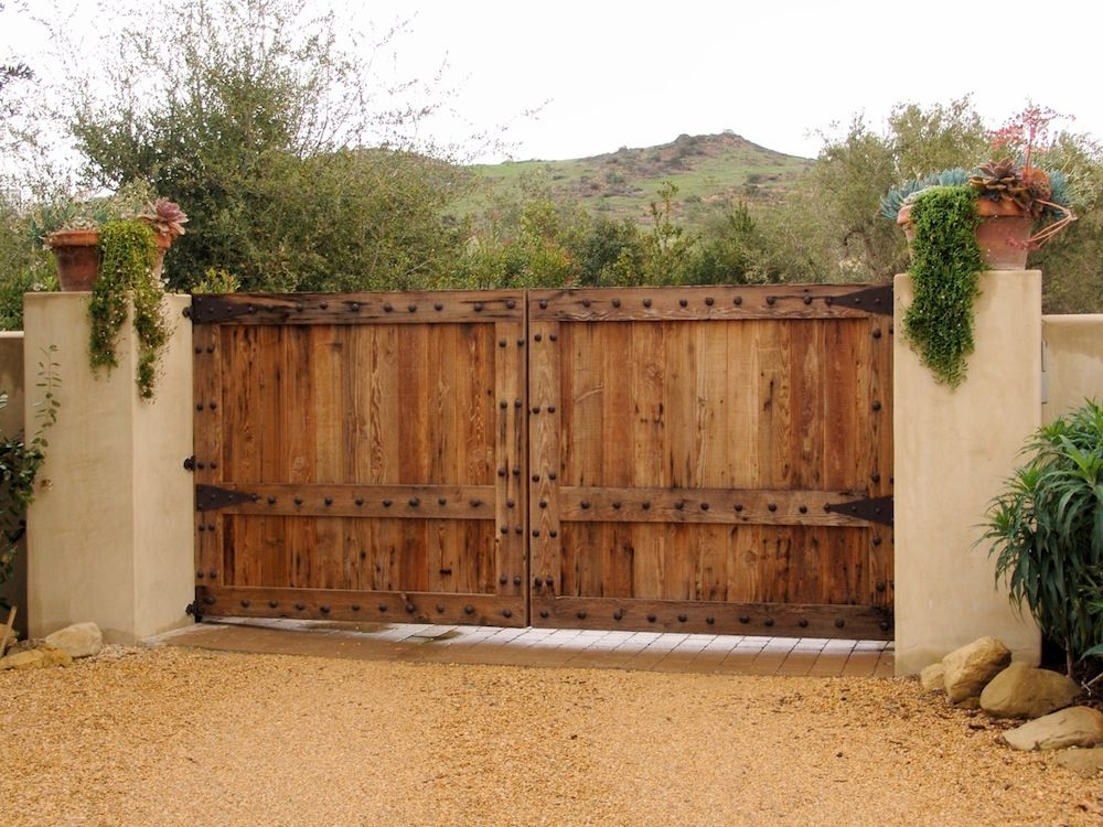 Деревянные ворота в деревенском стиле