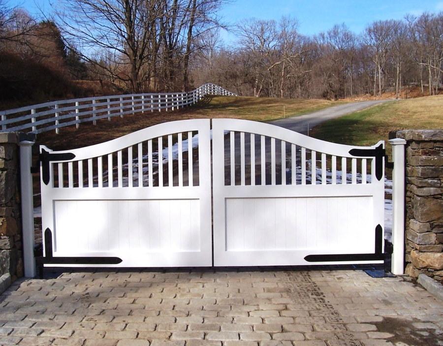 Белые распашные ворота в стиле прованс