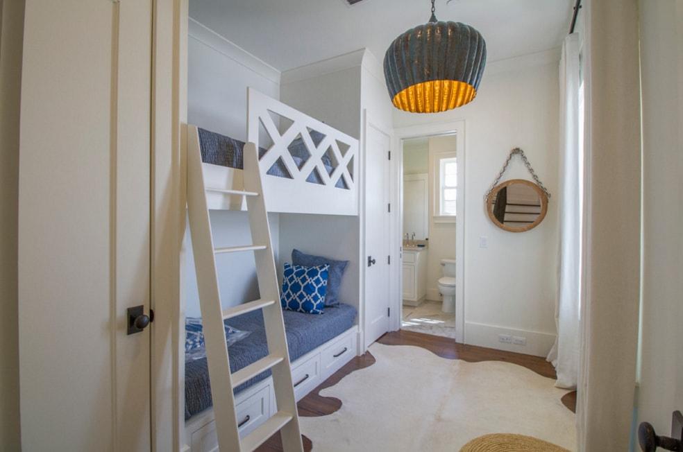 Встроенная двухъярусная кровать с деревянными бортиками