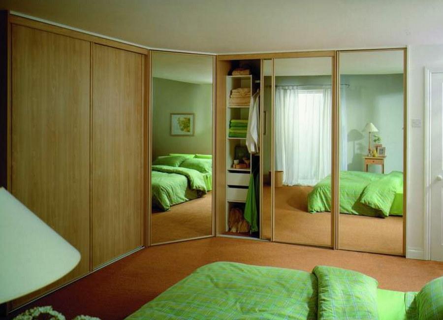 Угловой встроенный шкаф в маленькой спальне