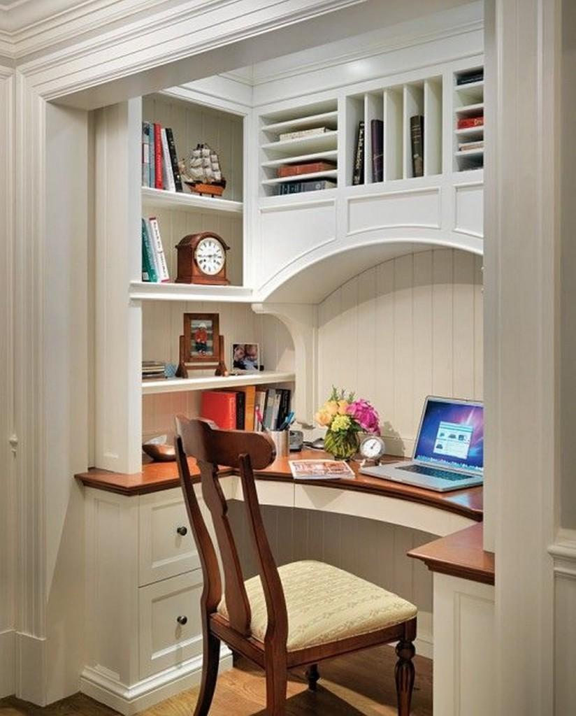Встроенный рабочий кабинет в нише стены гостиной