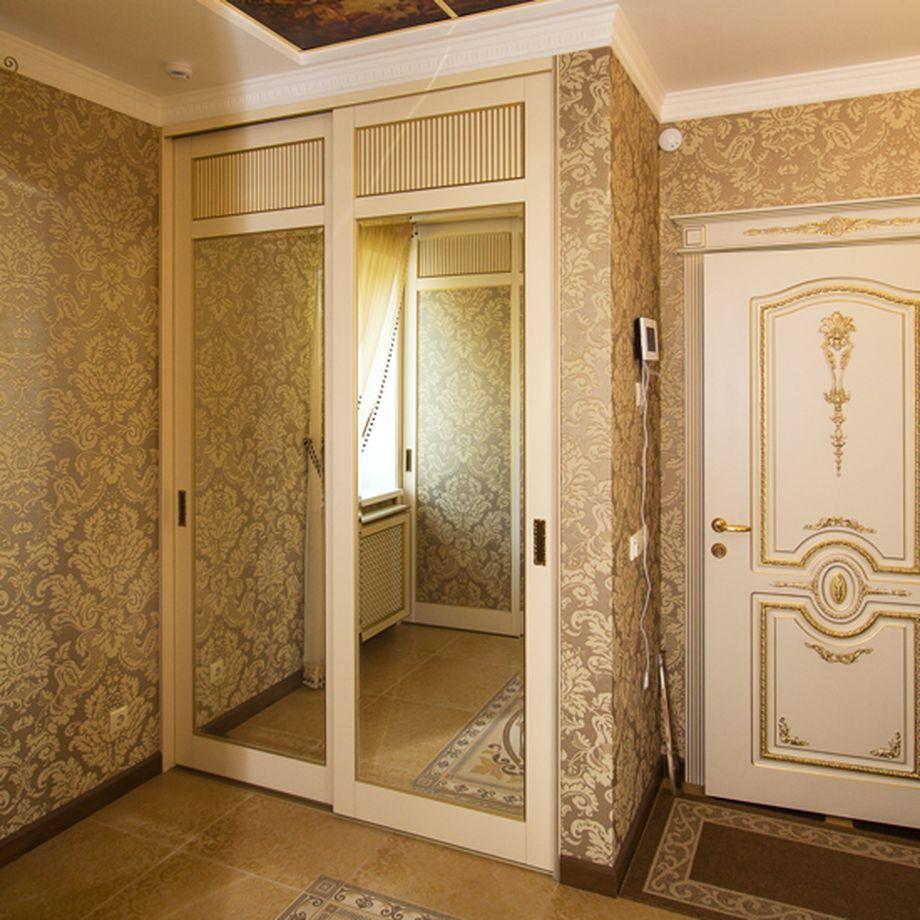 Встроенный шкаф-купе с зеркальными дверцами