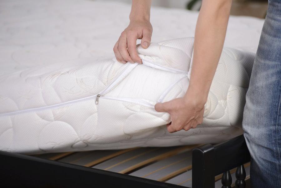 Выбор матраса для кровати в гостиной
