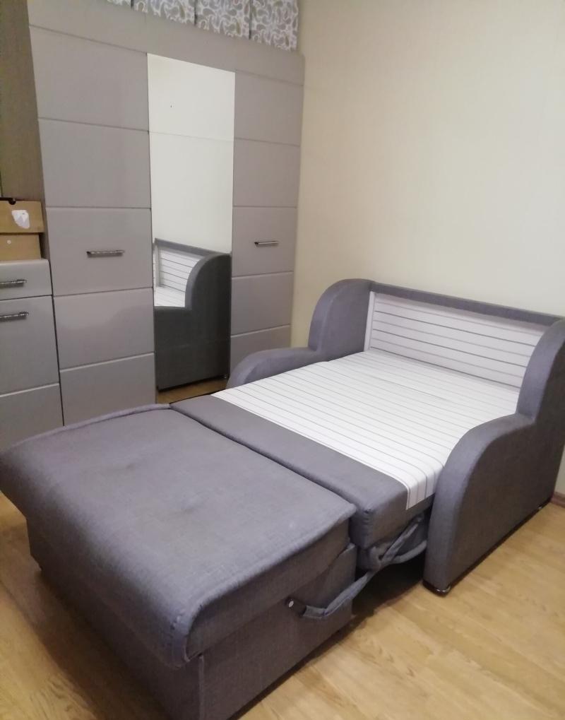 Выкатной диван с ящиком для вещей и белья