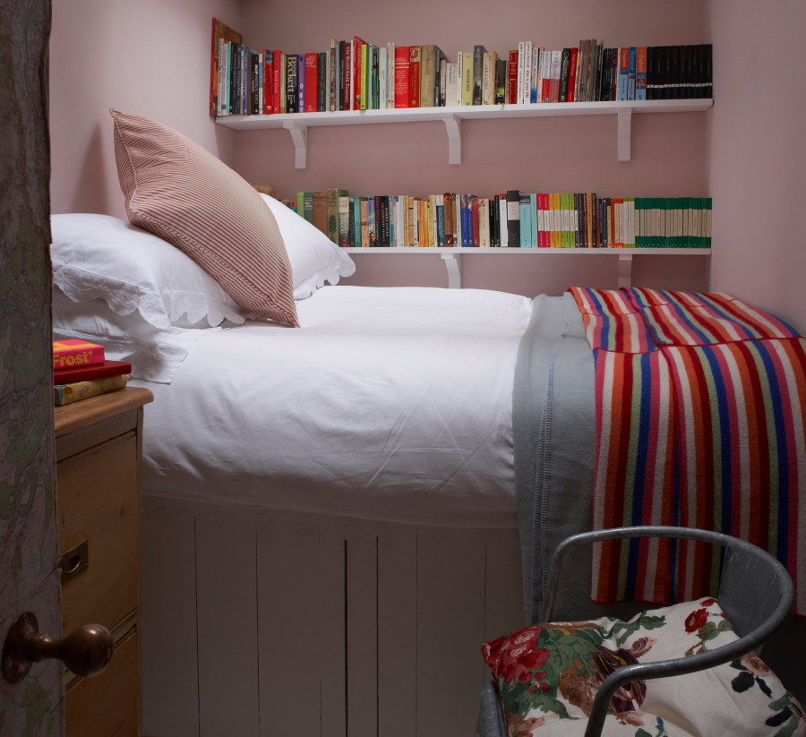 Встроенные полки над кроватью в очень маленькой комнате