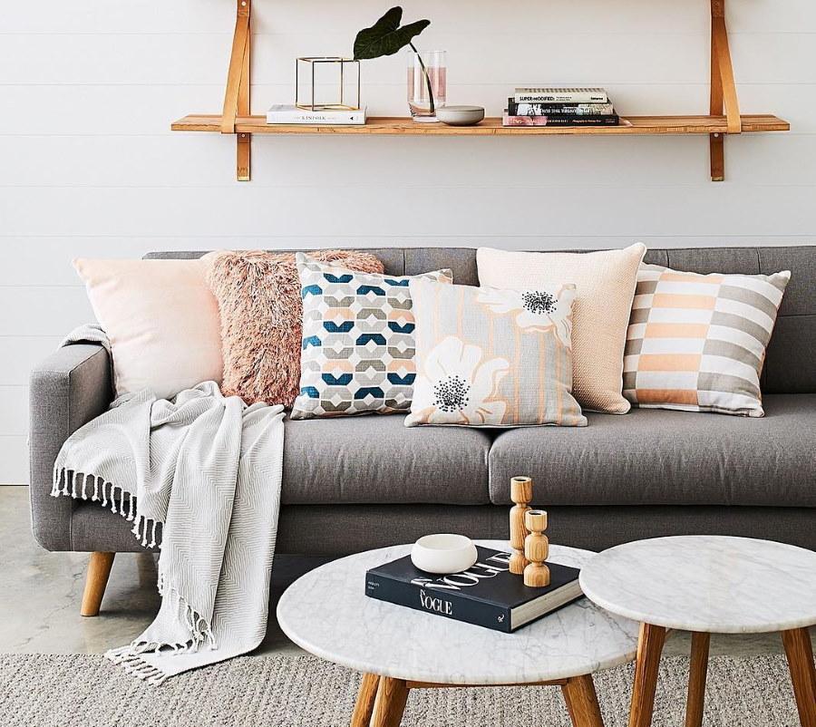 Светлые подушки на сером диване