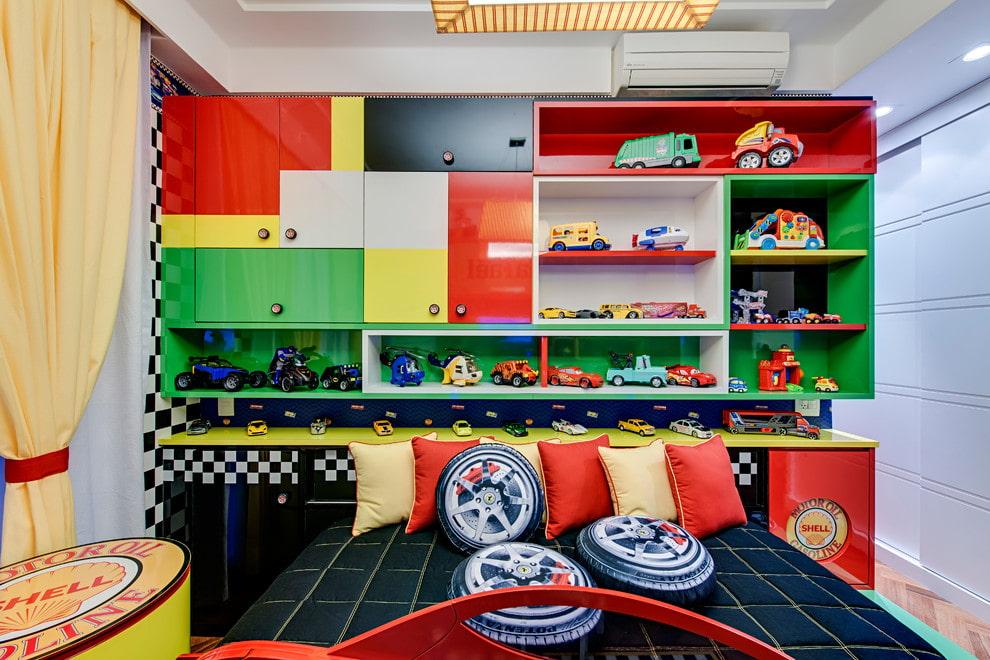 Детские машинки на полочках в спальне