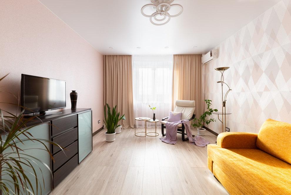 Яркий диван в комнате с минимумом мебели