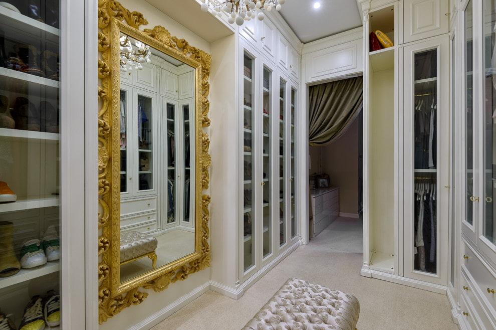 Большое зеркало в прихожей с гардеробом