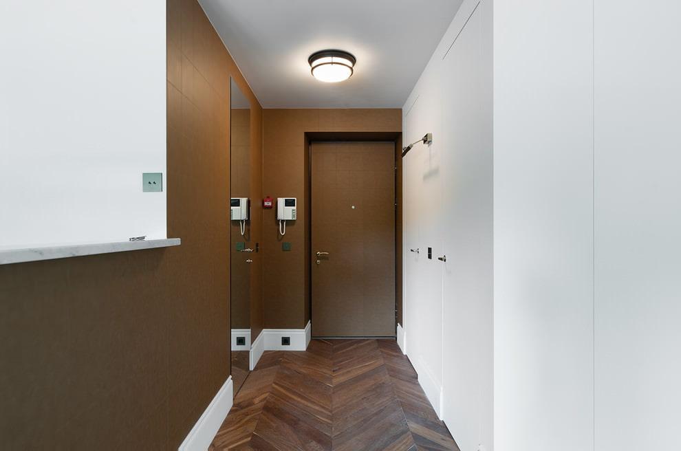 Коричневая отделка стен в узком коридоре