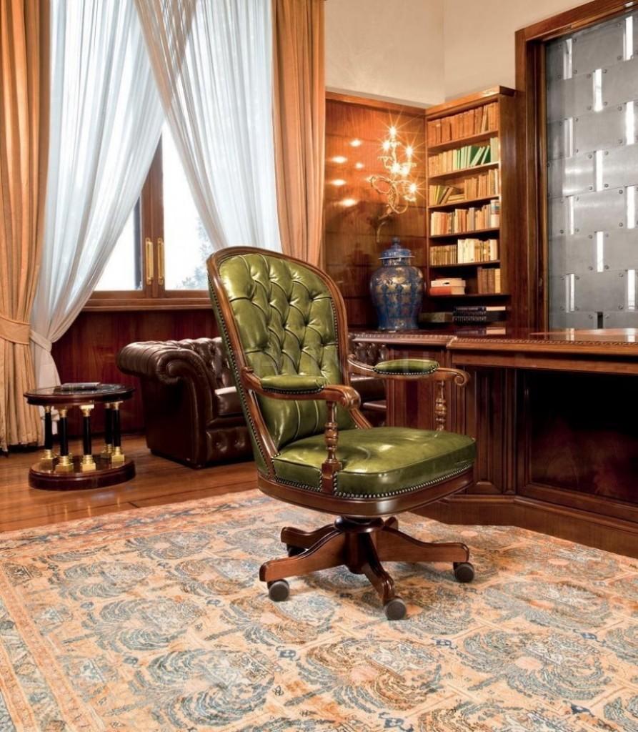 Стильное кресло с зеленой обивкой из экокожи