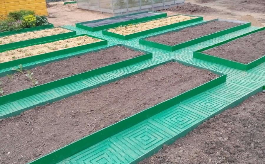 Зеленые грядки из плоского шифера на даче