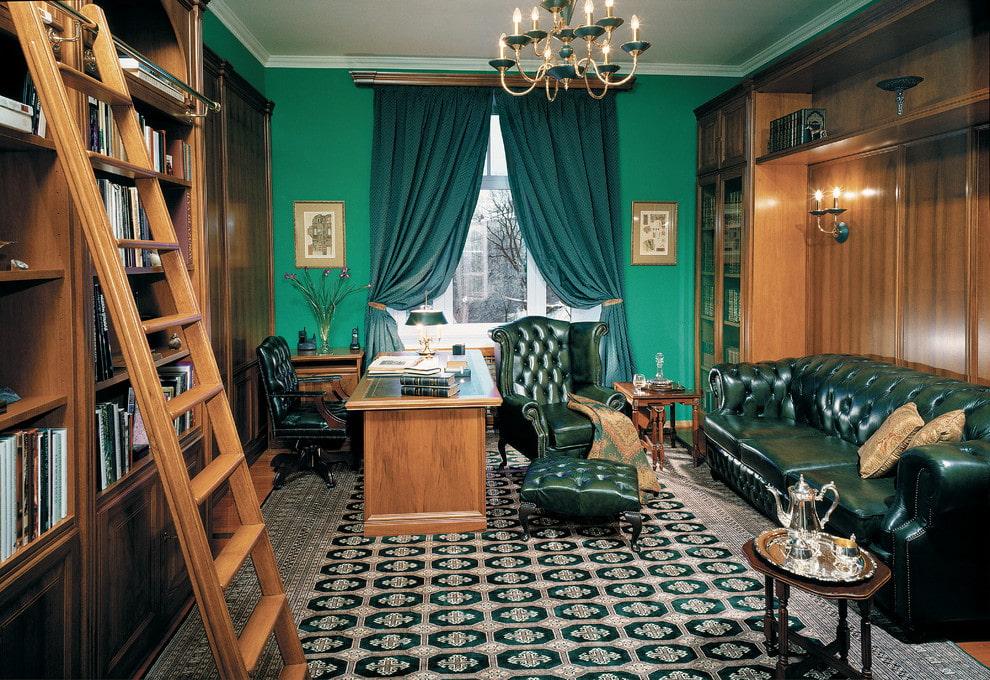 Приставная лесенка в кабинете с высокими стеллажами
