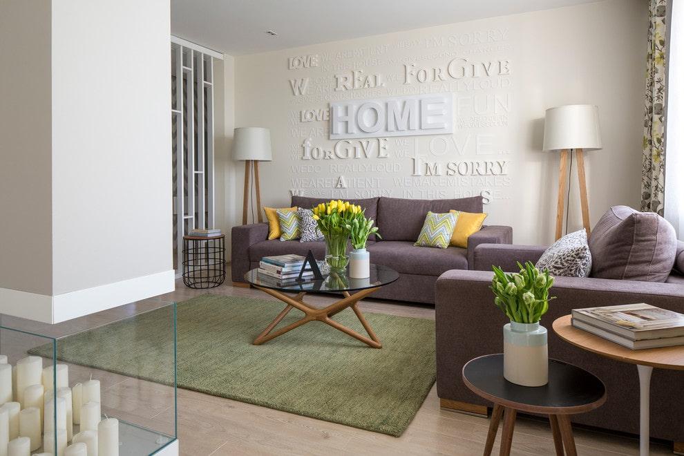 Состаренный ковер в гостиной с мебелью сиреневого цвета