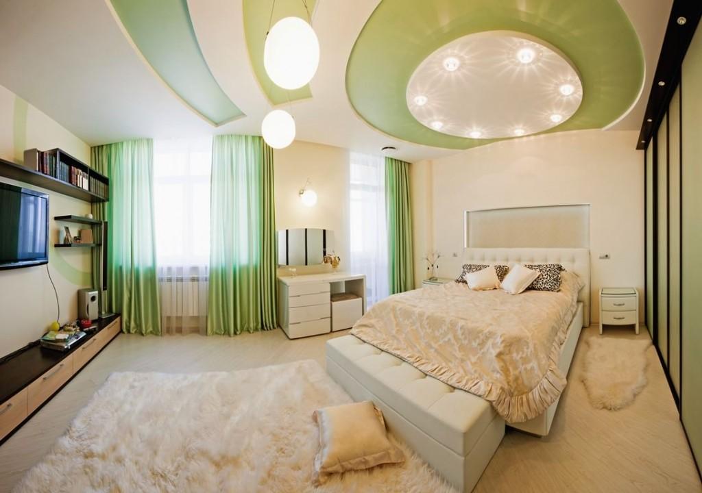 Зеленые вставки на потолке спальной комнаты