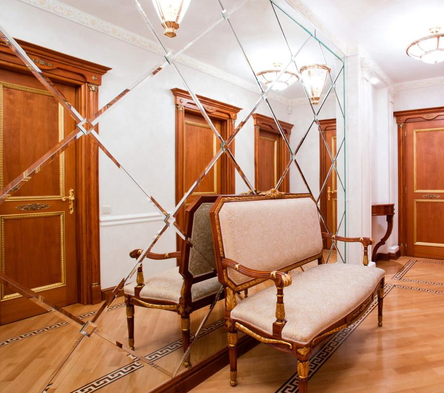 Зеркальное панно в коридоре классического стиля