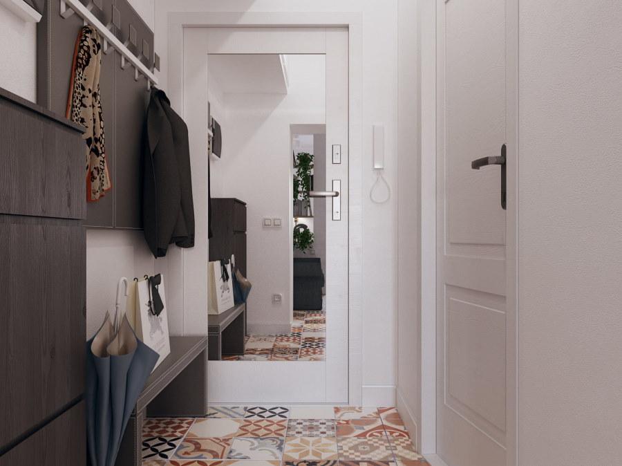 Зеркальная дверь в интерьере небольшого коридора