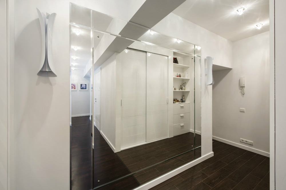 Огромное зеркало в узкой прихожей