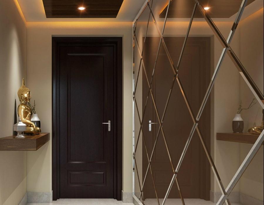 Черная дверь в прихожей с зеркальной стеной