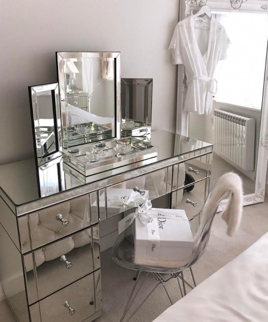 Зеркальный комод в маленькой комнате