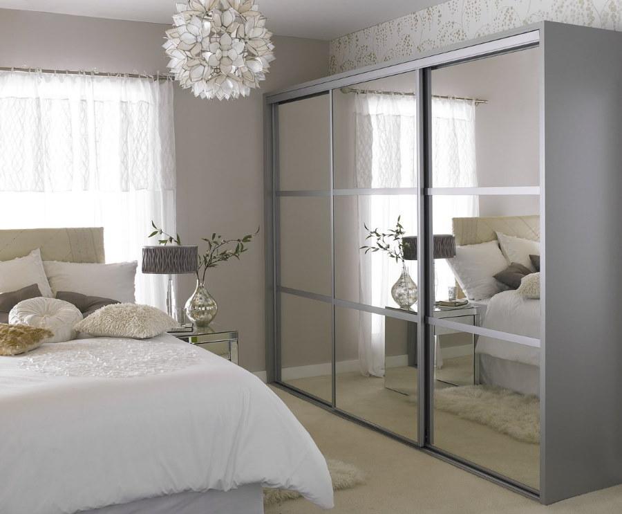Зеркальный шкаф-купе в небольшой спальне