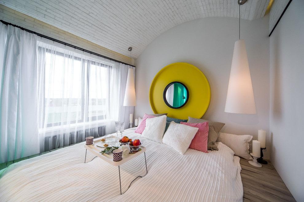 Место для зеркала в красивой спальне
