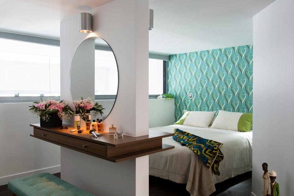 Круглое зеркало над консольным столиком
