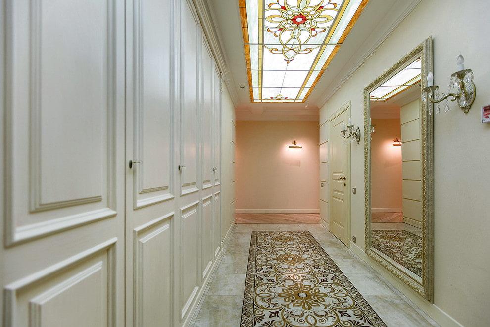 Витражи в интерьере узкого коридора