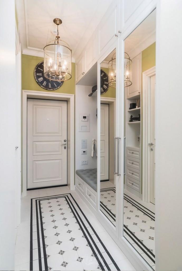 Узкий коридор с большими зеркалами