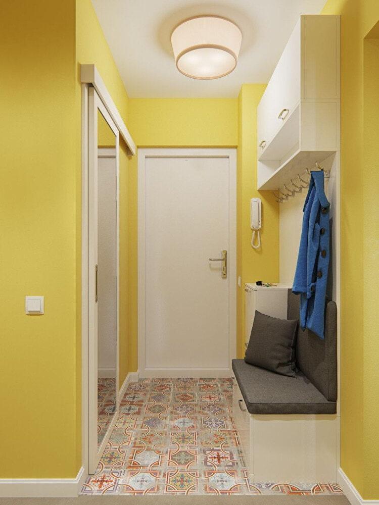 Желтые стены в коридоре современного стиля
