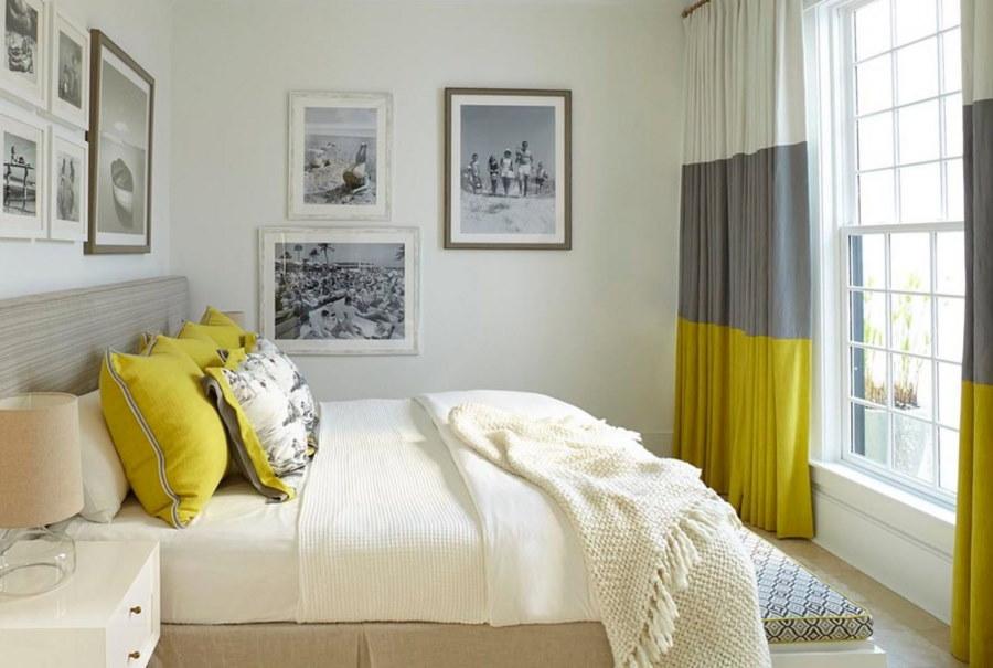 Желтые подушки в уютной спальне