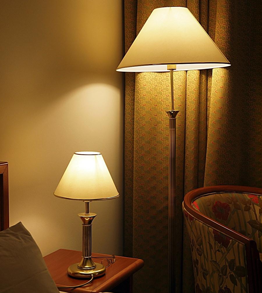 Желтые лампы у изголовья кровати