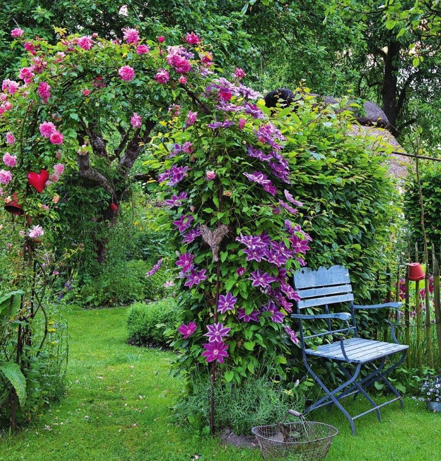 Арка как украшение загородного участка