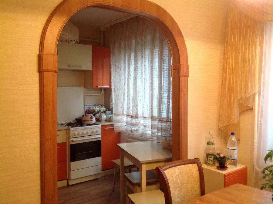 Деревянная отделка арки между гостиной и кухней