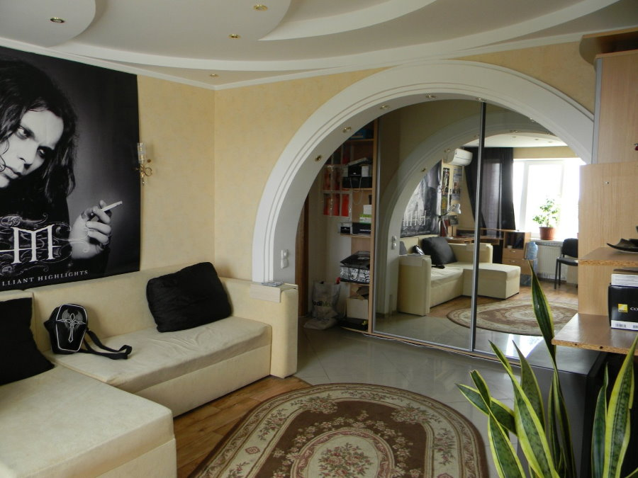 Асимметричная арка между коридором и гостиной комнатой