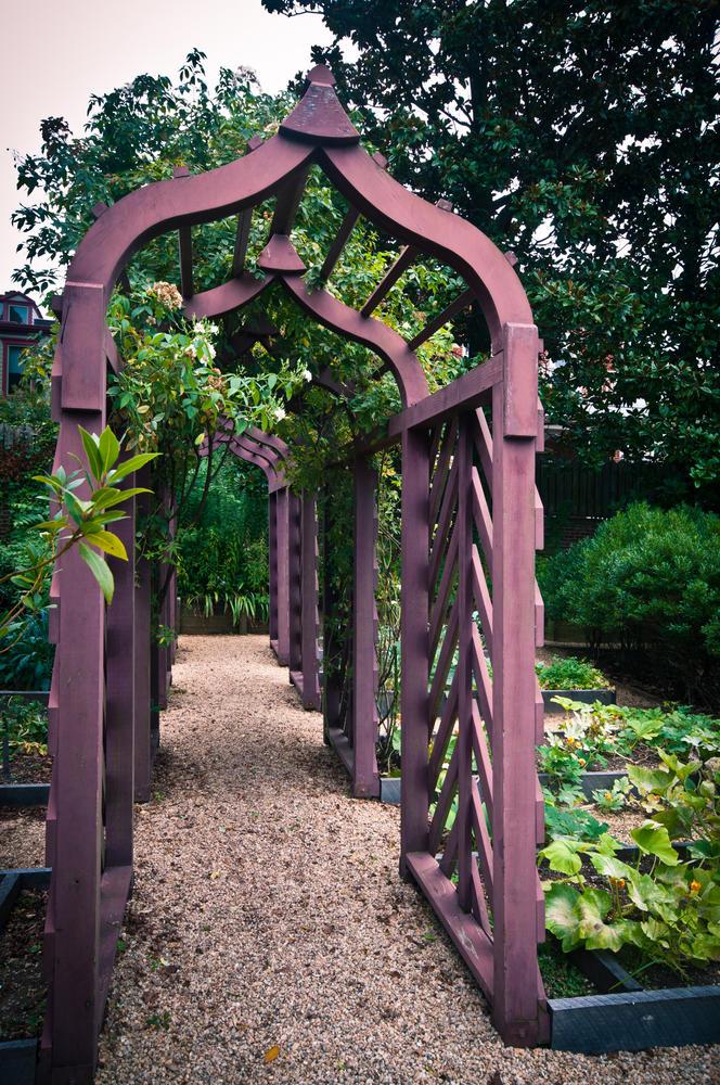 Килевидная арка из массива дерева
