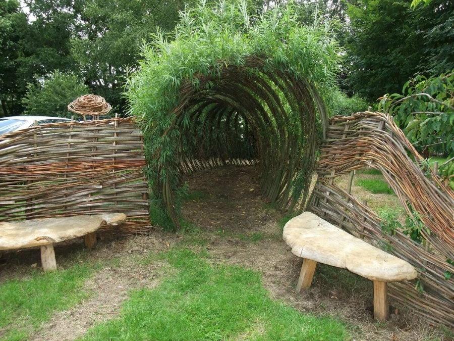 Арки из лозы в саду деревенского стиля