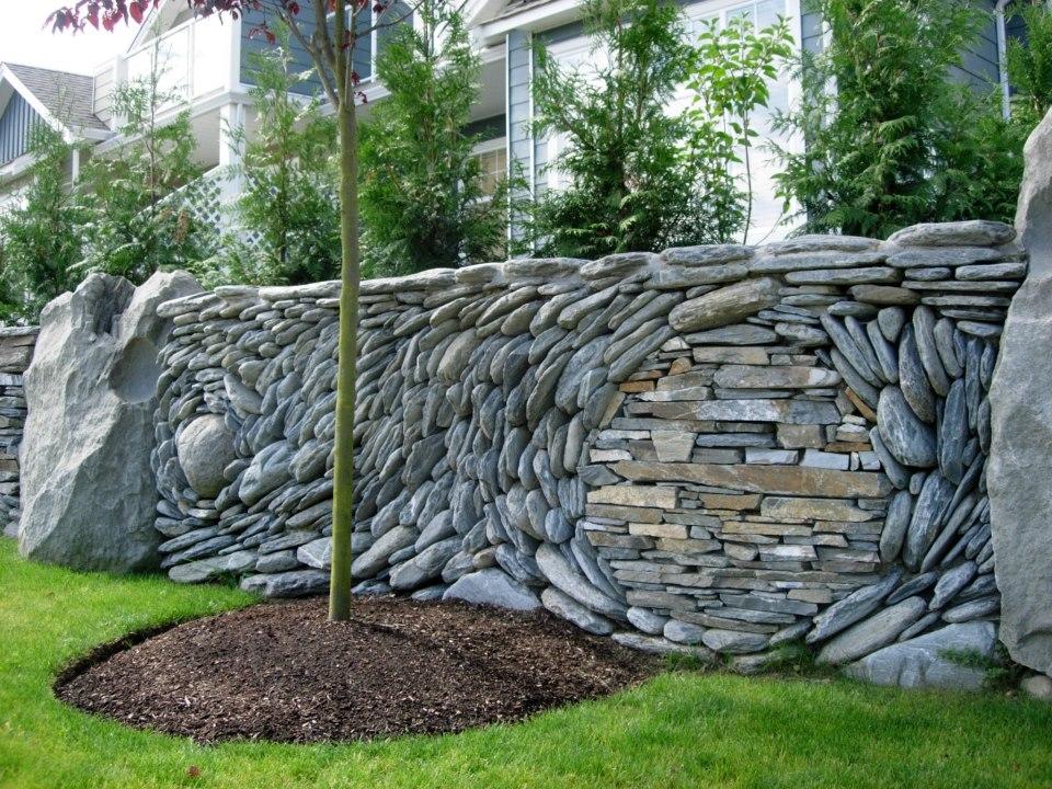 Арт-забор из причудливо выложенных камней