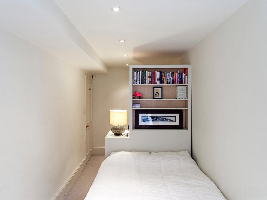 Маленькая спальная комната с белыми стенами