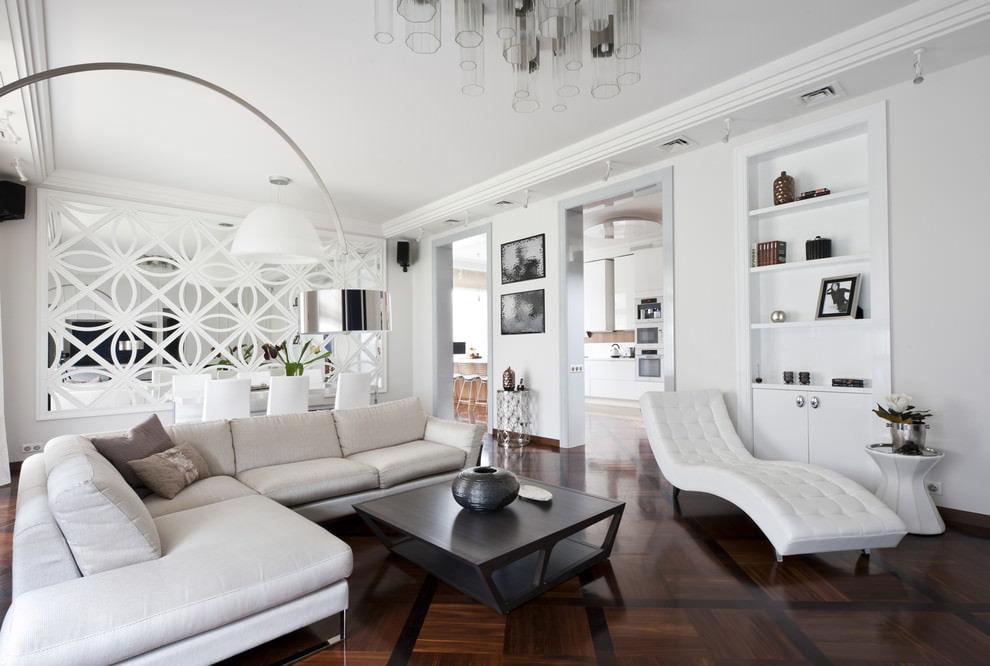 Белая мебель в зале квадратной формы