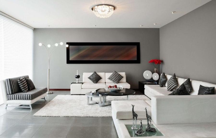 белый потолок в серой гостиной