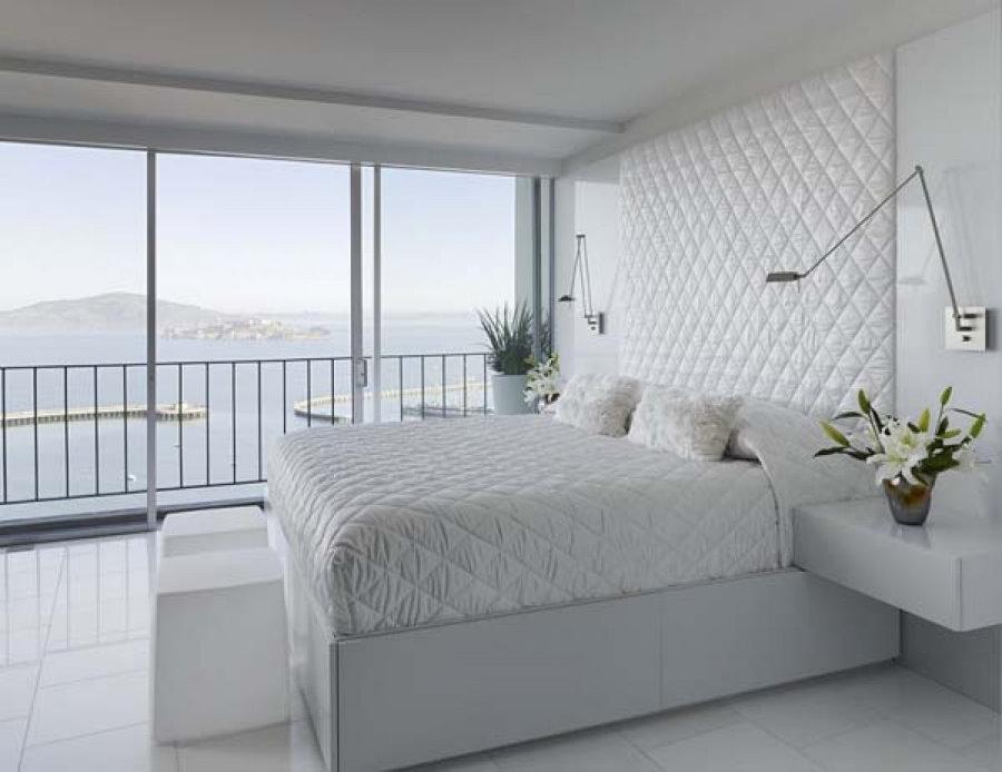 Мягкая обивка стены над кроватью в спальне 18 кв метров