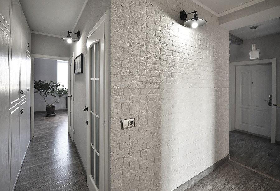 Отделка стены коридора белыми кирпичиками