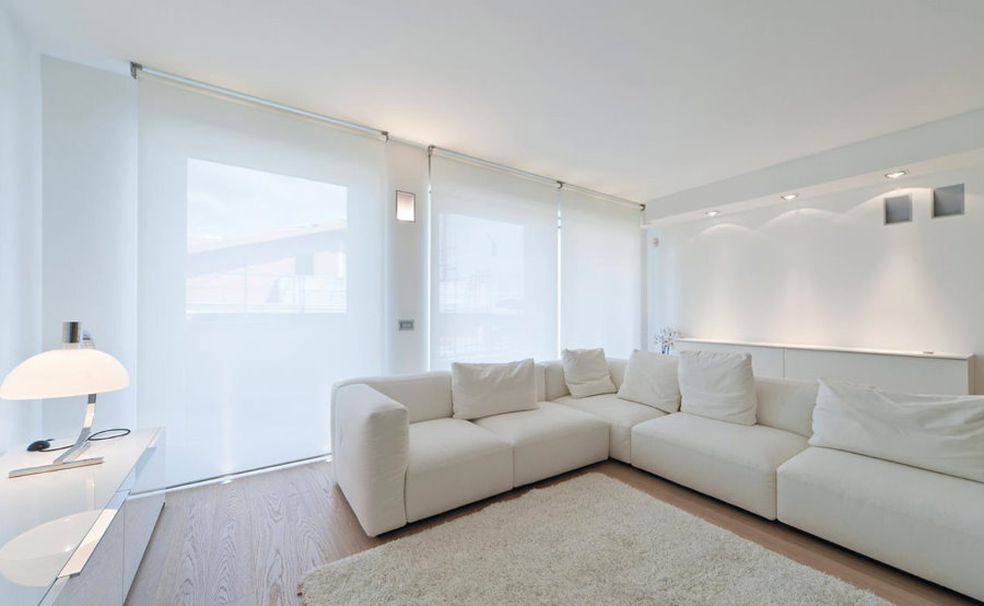Полупрозрачные занавески в белой гостиной