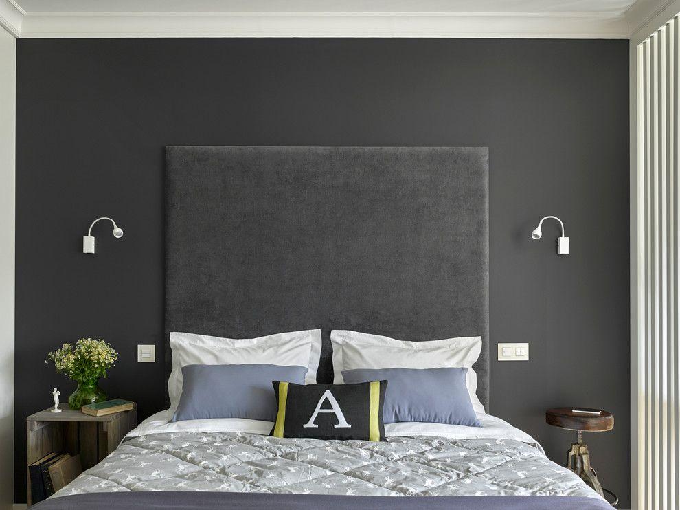 Белые выключатели на стене с серыми обоями
