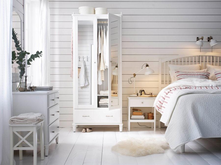 Красивая спальная комната в белых тонах