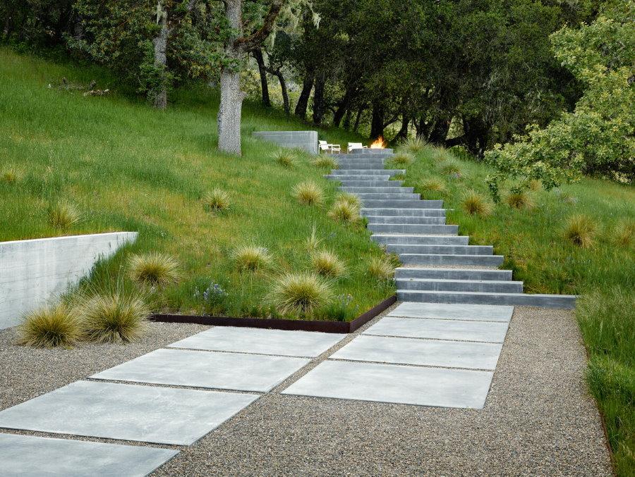 Бетонная лестница на склоне загородного участка